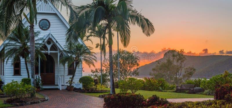 Sonnenaufgang über der tropischen Kirche lizenzfreies stockfoto