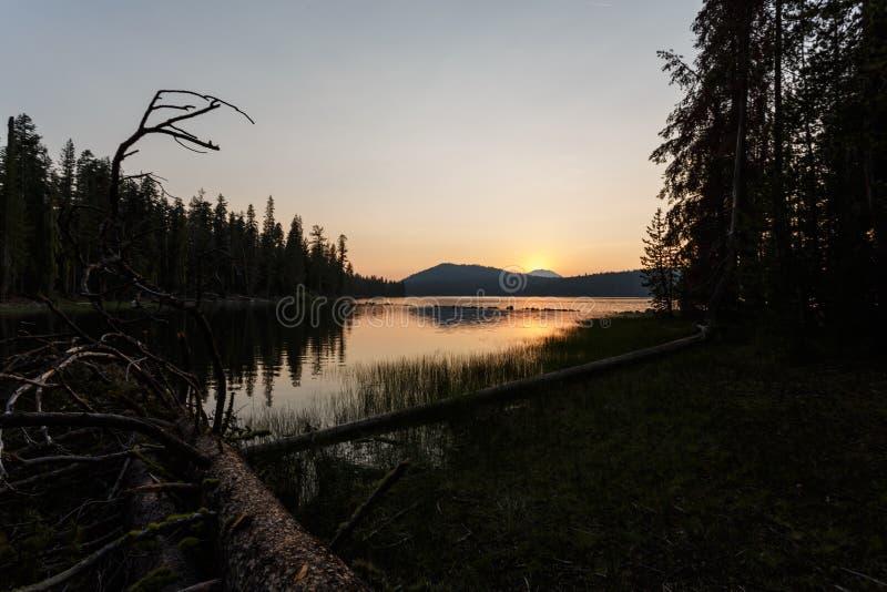 Sonnenaufgang über einem Vulkan reflektiert sich in einen alpinen See in Nord-Kalifornien lizenzfreies stockfoto