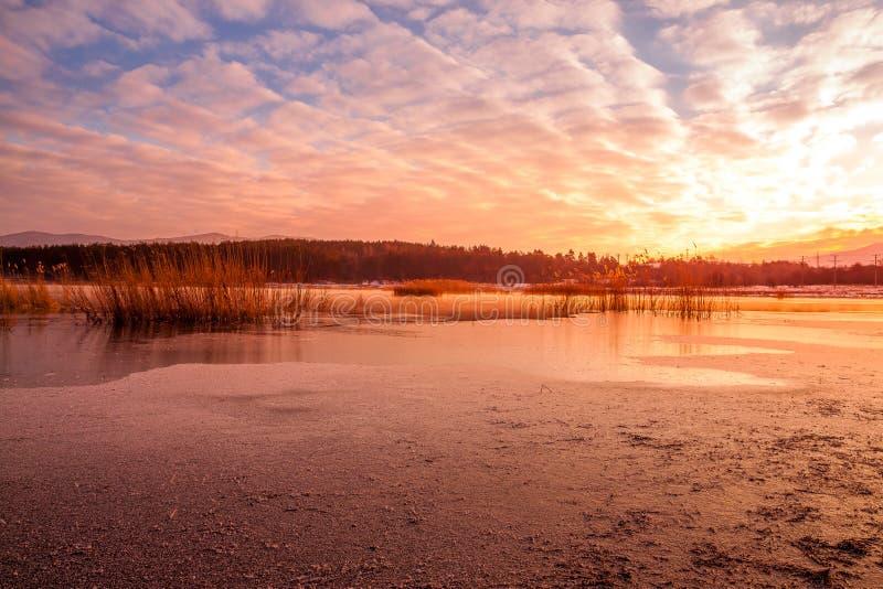 Sonnenaufgang über einer Verdammung lizenzfreies stockfoto