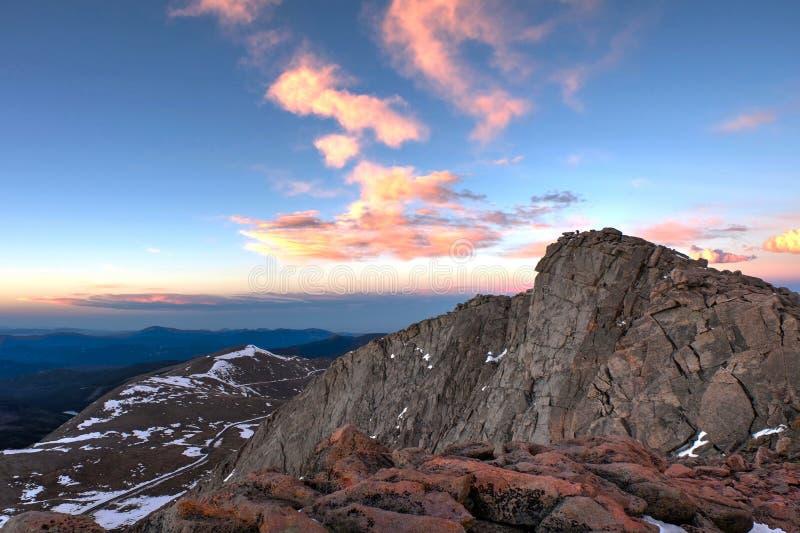 Sonnenaufgang über felsigen Bergen lizenzfreie stockfotos