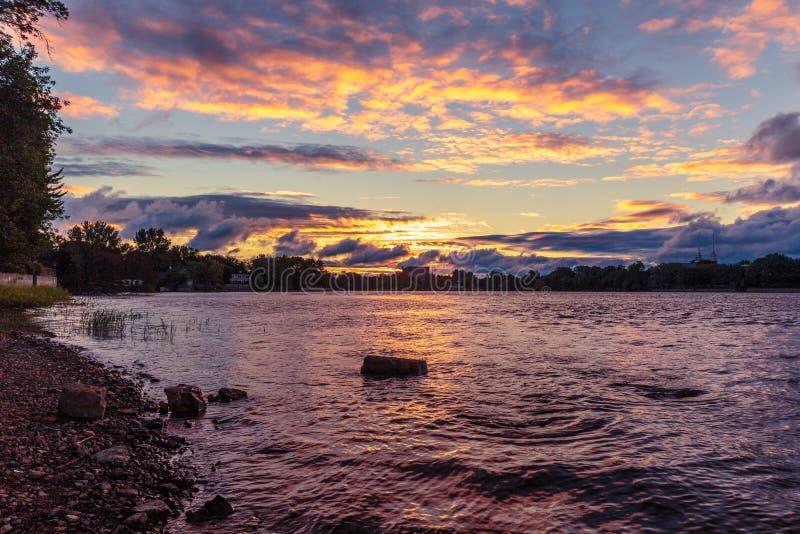 Sonnenaufgang über Fluss lizenzfreies stockbild
