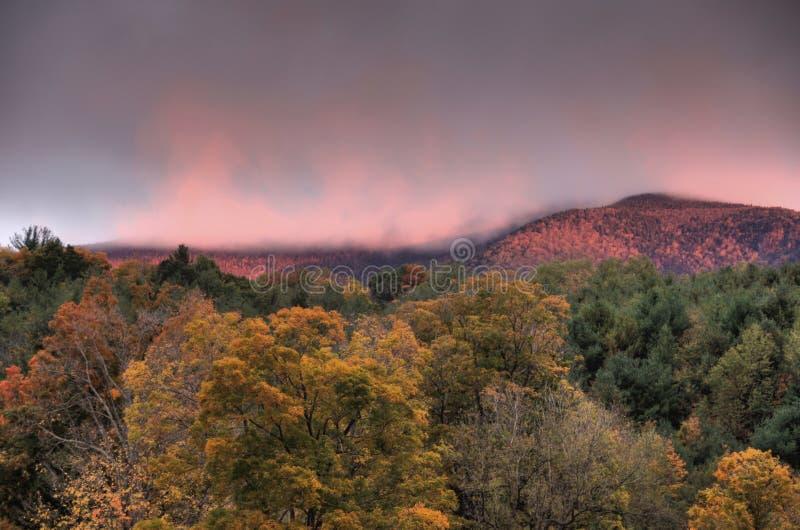 Sonnenaufgang über Herbstbergen stockfoto