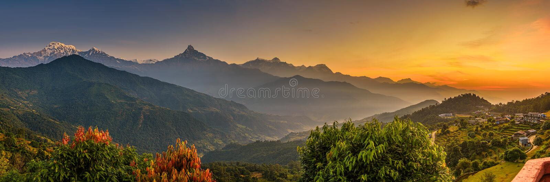 Sonnenaufgang über Himalaja-Bergen stockbild