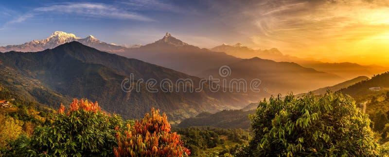 Sonnenaufgang über Himalaja-Bergen stockbilder
