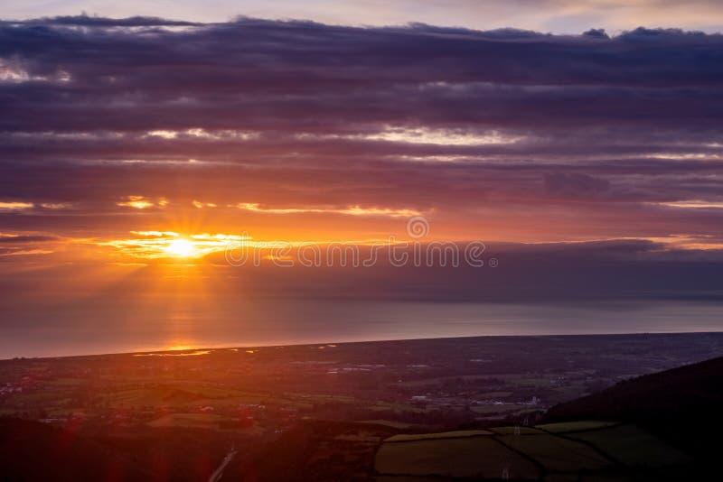 Sonnenaufgang über irischem Meer, Irland stockfotografie