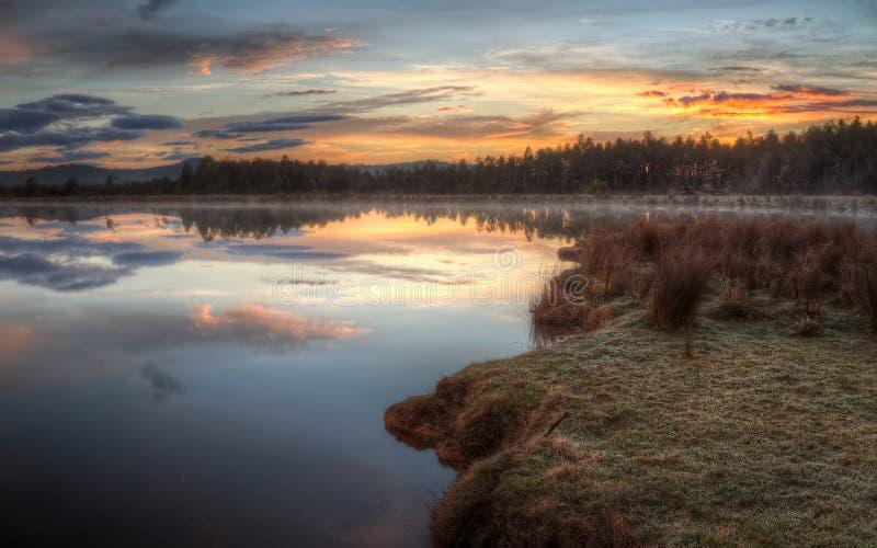 Sonnenaufgang über nebelhaftem See lizenzfreies stockbild