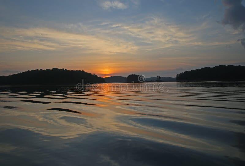Sonnenaufgang über plätscherndem Wasser lizenzfreie stockbilder