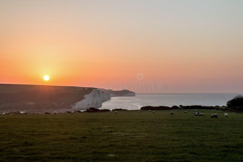 Sonnenaufgang über sieben Schwester-Kreide-Klippen stockfotos