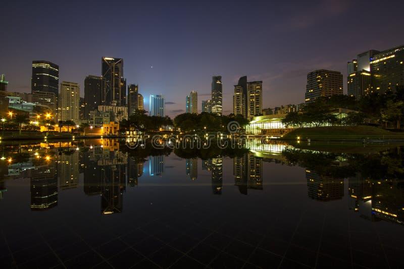 Sonnenaufgang über Symphony See vor Kuala Lumpur City Center lizenzfreie stockbilder