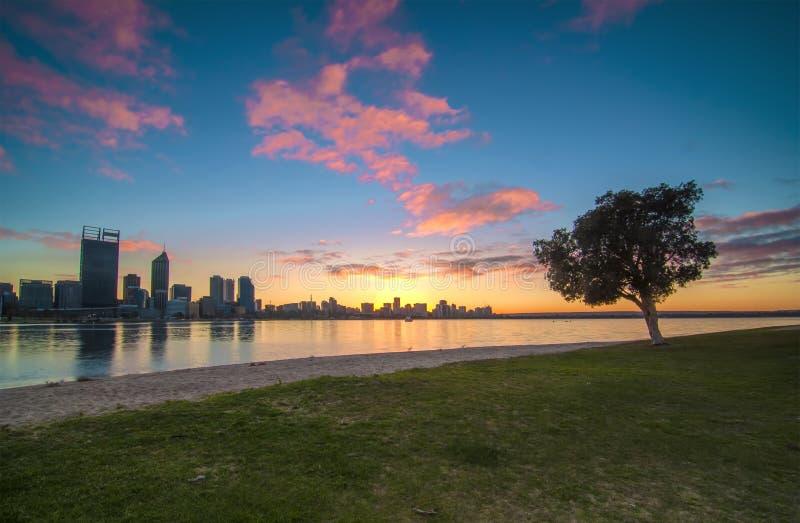 Sonnenaufgang-Ansicht von Perth-Skylinen vom Schwan-Fluss stockfotografie