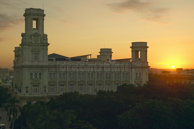 Sonnenaufgang auf altem Kolonialgebäude in altem Havana, Kuba stockfotografie