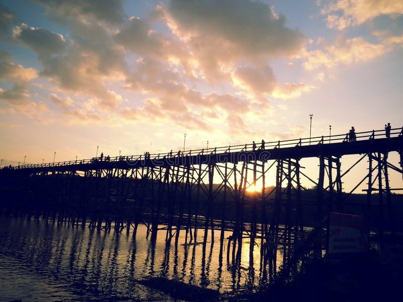 Sonnenaufgang auf Brücke lizenzfreies stockbild
