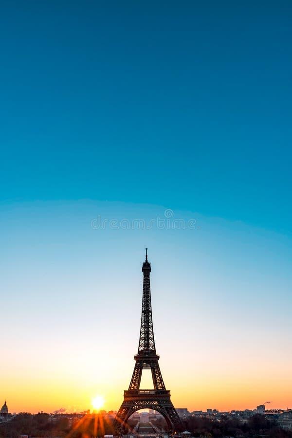 Sonnenaufgang auf dem Eiffelturm lizenzfreies stockfoto