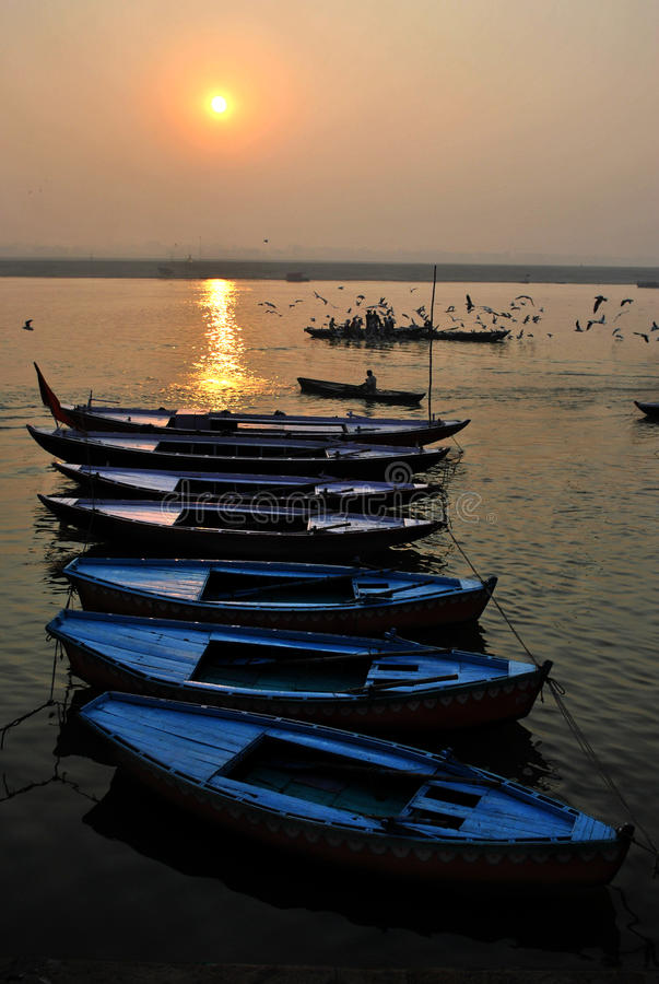 sonnenaufgang auf dem ganges in varanasi stockfoto bild. Black Bedroom Furniture Sets. Home Design Ideas