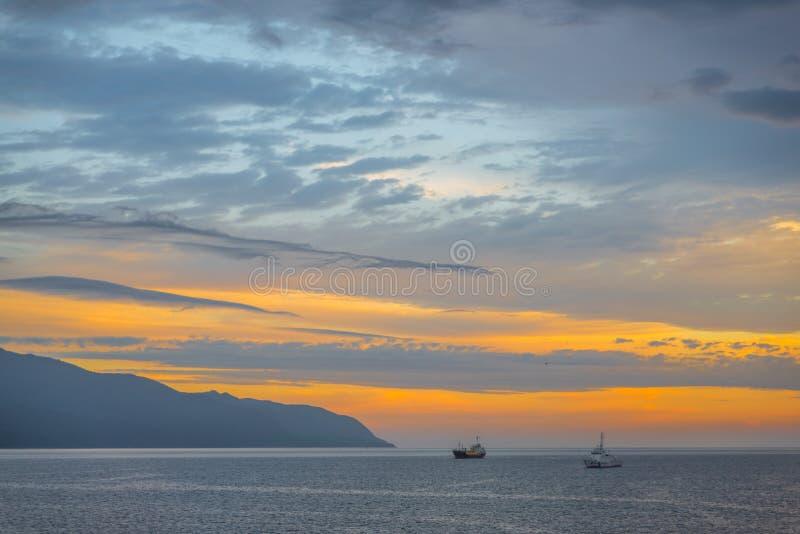 Sonnenaufgang auf dem Meer von Japan stockfotos