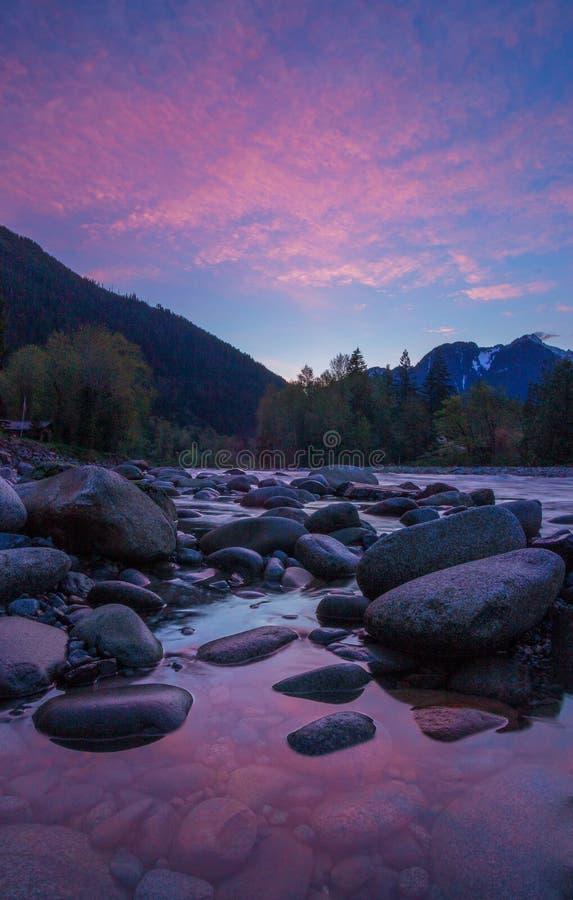 Sonnenaufgang auf dem Skykomish-Fluss, Washington State lizenzfreie stockfotos