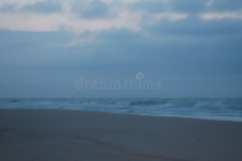 Sonnenaufgang auf dem Strand im April stockbild
