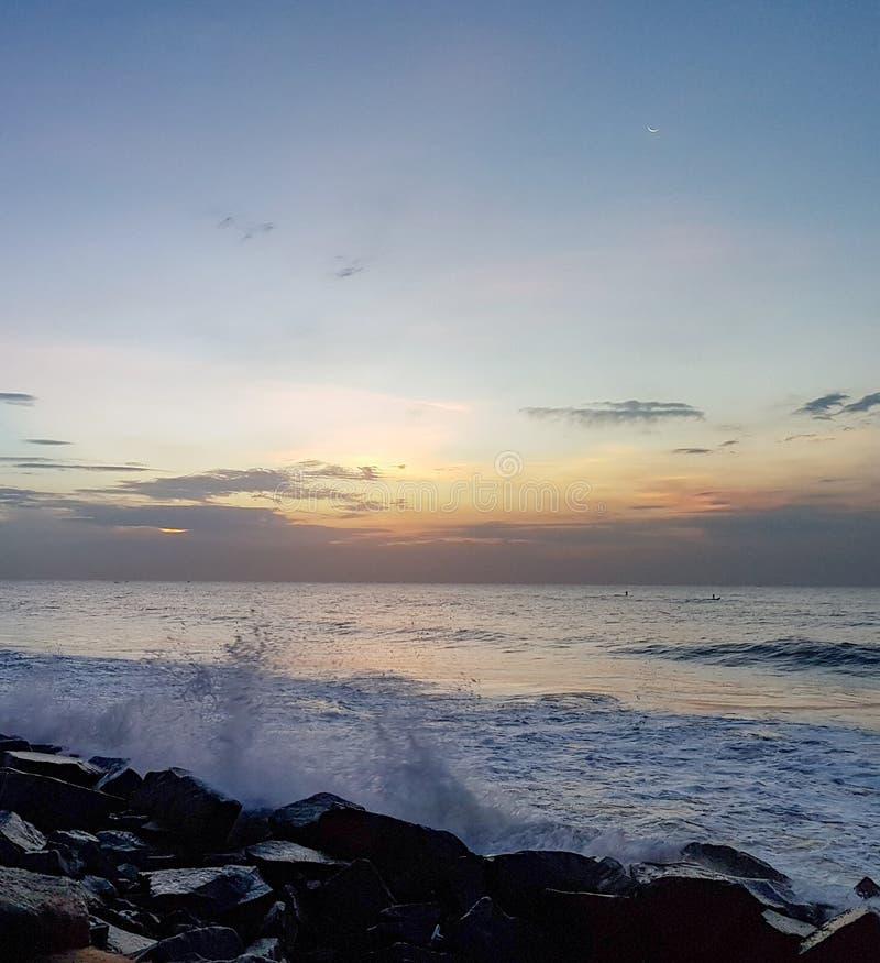 Sonnenaufgang auf dem Ufer lizenzfreie stockbilder