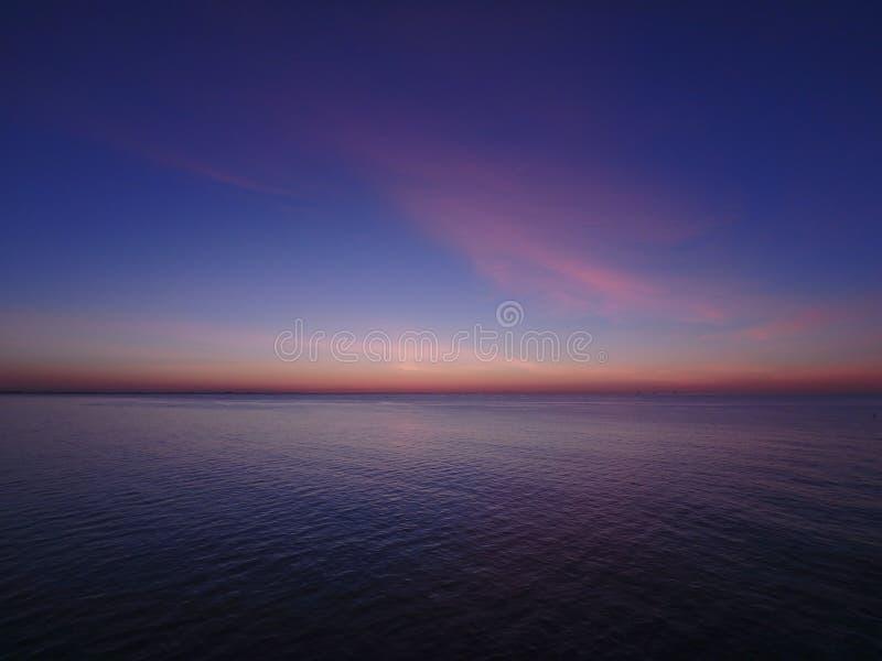 Sonnenaufgang auf dem Wasser stockfoto
