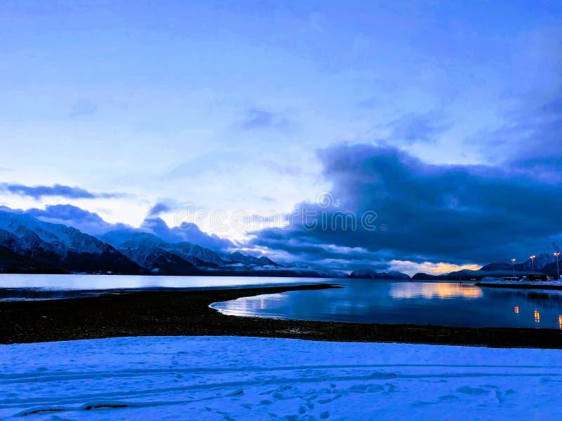 Sonnenaufgang auf der alaskischen Küste stockbilder