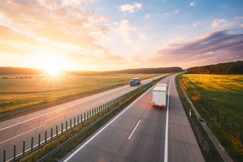 Sonnenaufgang auf der Autobahn stockfotografie