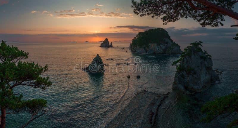 Sonnenaufgang auf der Kap-Kiefern-Bucht Gorshkov auf dem Meer von Japan stockfotografie