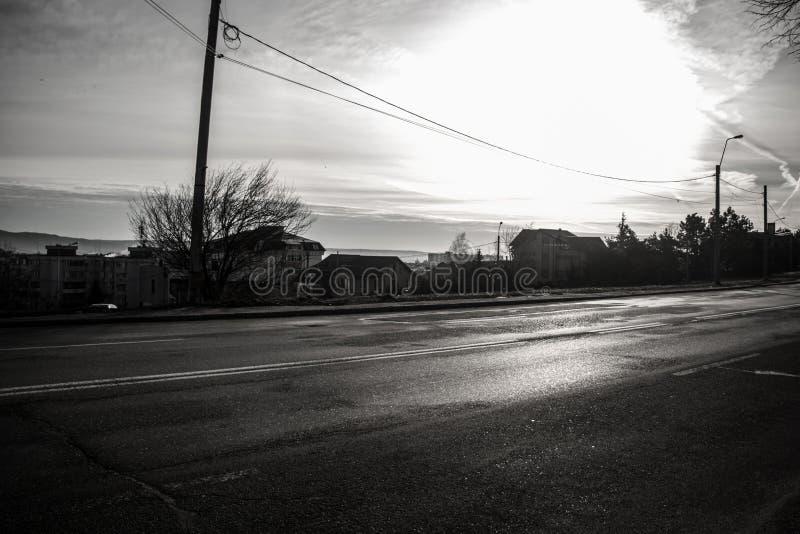 Sonnenaufgang auf der Straße Schwarzweiss stockfoto