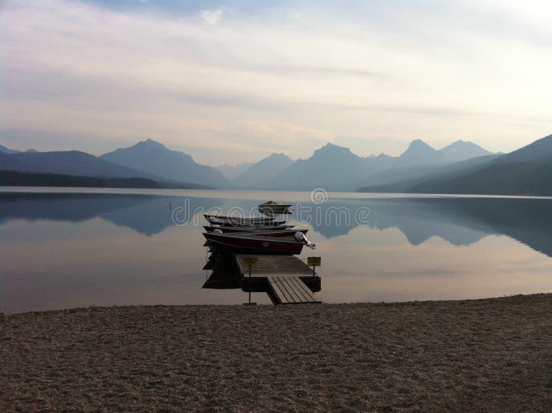 Sonnenaufgang auf einem Gebirgssee lizenzfreie stockbilder