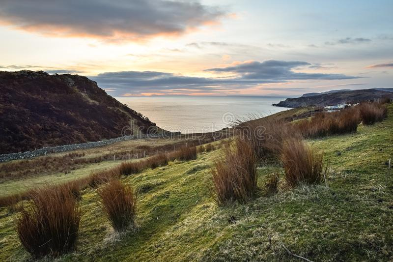 Sonnenaufgang auf einem grasartigen Hügel lizenzfreies stockbild