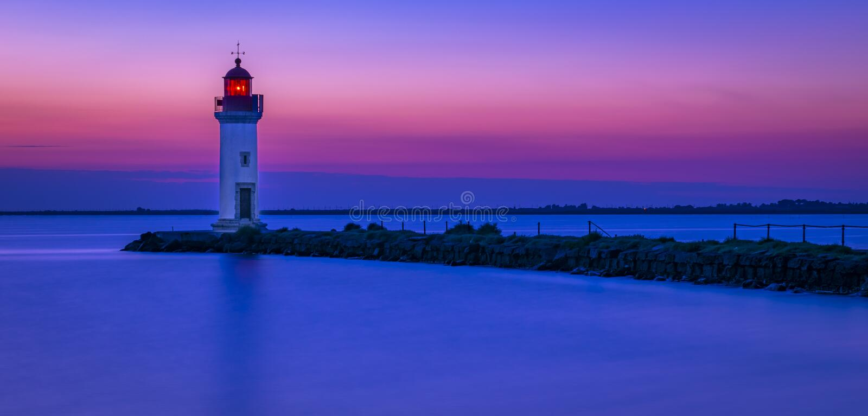 Sonnenaufgang auf einem Leuchtturm stockbilder