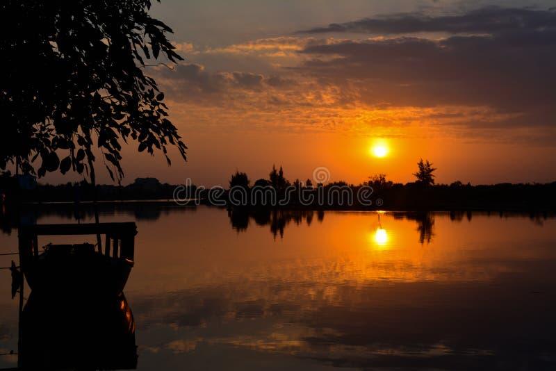 Sonnenaufgang auf Fluss in Vietnam stockbilder