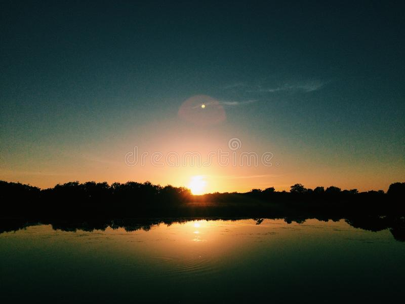 Sonnenaufgang auf Kakadu-billabong lizenzfreie stockfotografie