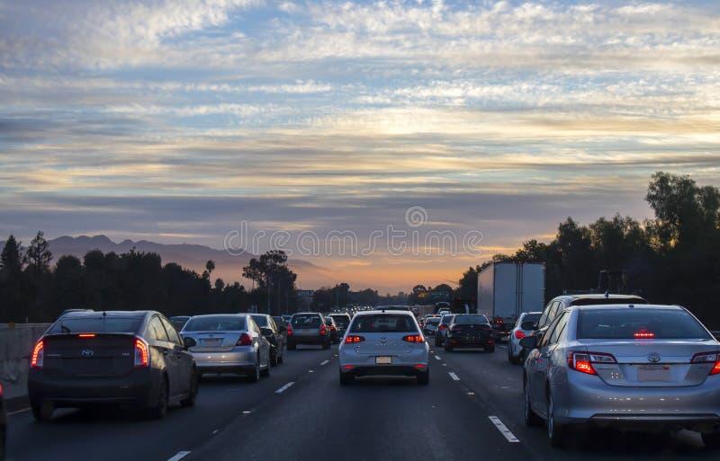 Sonnenaufgang auf Kalifornien-Autobahn mit Nahverkehr lizenzfreie stockfotos