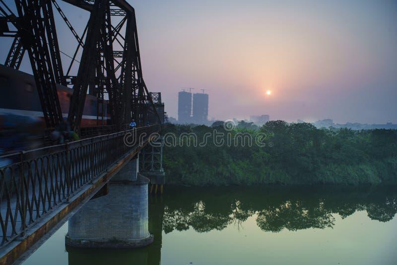 Sonnenaufgang auf langer Bien-Brücke stockfotos