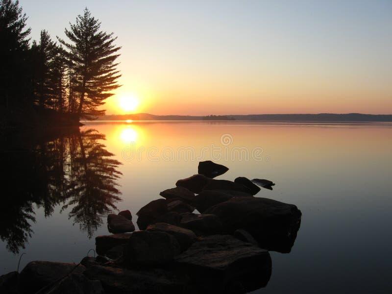 Sonnenaufgang auf See Opeongo lizenzfreie stockbilder