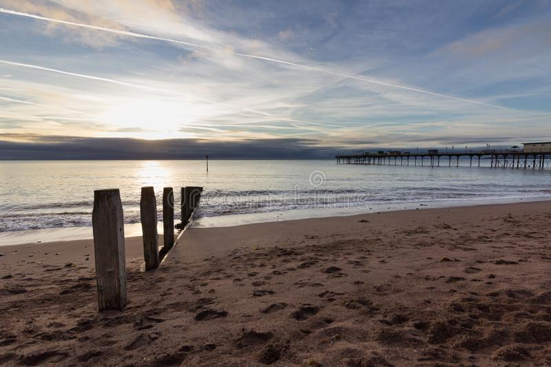 Sonnenaufgang auf Teignmouth-Strand lizenzfreie stockfotos
