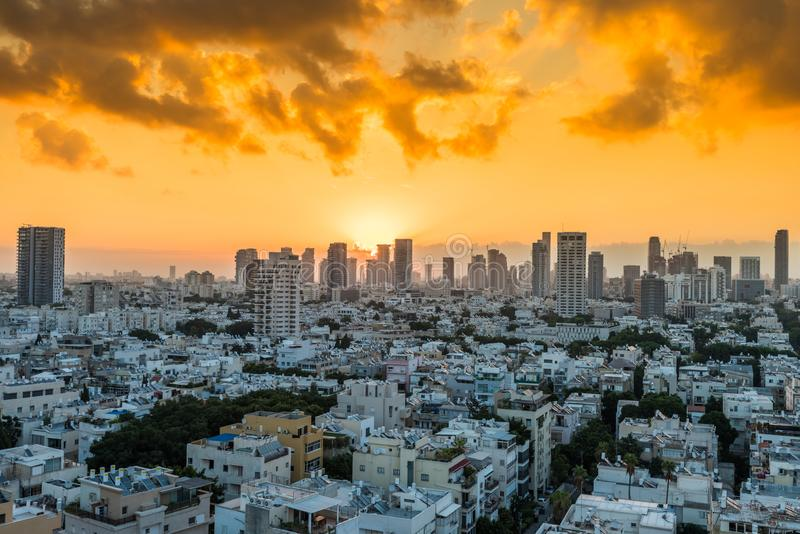Sonnenaufgang aus der Luft mit Blick auf Tel Aviv City mit modernen Skylines am Morgen in Israel lizenzfreie stockbilder