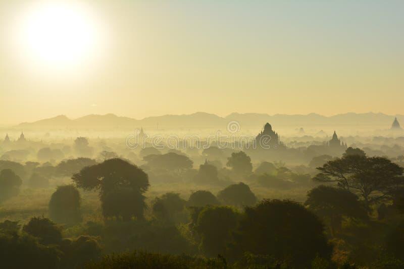 Sonnenaufgang in Bagan, an Shwesandaw-Pagode lizenzfreies stockfoto