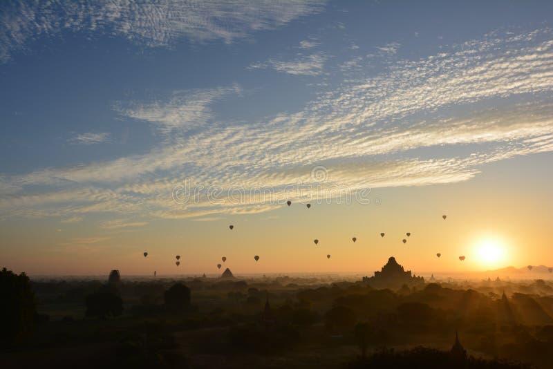 Sonnenaufgang in Bagan, an Shwesandaw-Pagode stockbild
