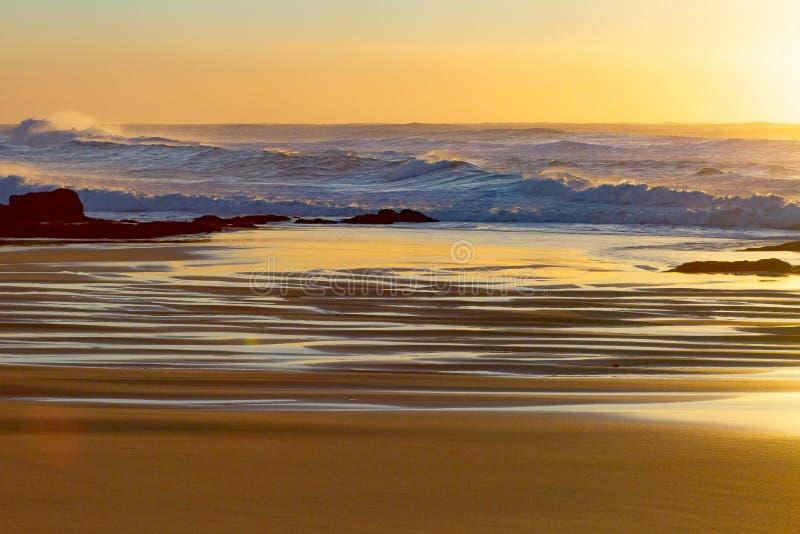 Sonnenaufgang an Baggies-Strand, Durban, Südafrika lizenzfreies stockbild