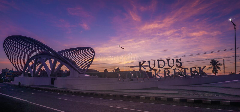 Sonnenaufgang bei Gerbang Kudud Kota Kretek lizenzfreie stockbilder