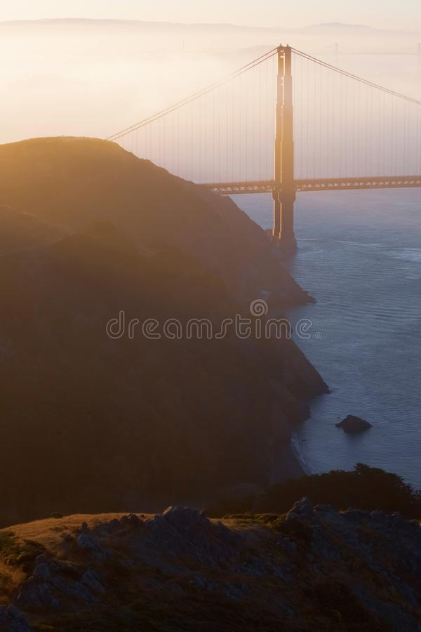 Sonnenaufgang bei Golden gate bridge in San Francisco lizenzfreies stockfoto