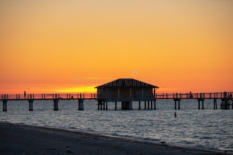 Sonnenaufgang ?ber dem Pier lizenzfreie stockbilder