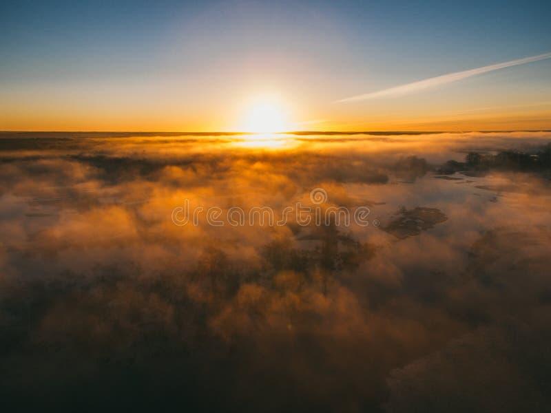 Sonnenaufgang ?ber Fr?hlingswiese Fr?hlingsantennenlandschaft Fr?hlingssonnenaufgang ?ber gr?nem Wald und Feld mit Fluss und Nebe lizenzfreie stockbilder