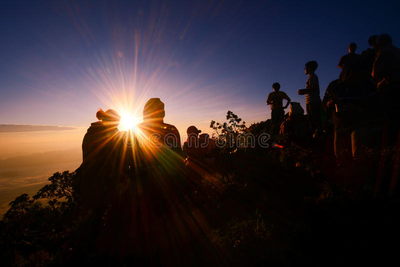 Sonnenaufgang am Berg mit Schattenbildleute- und -paarerfolg zu lizenzfreie stockbilder