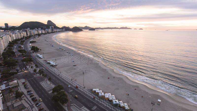 Sonnenaufgang an Copacabana-Strand lizenzfreie stockbilder