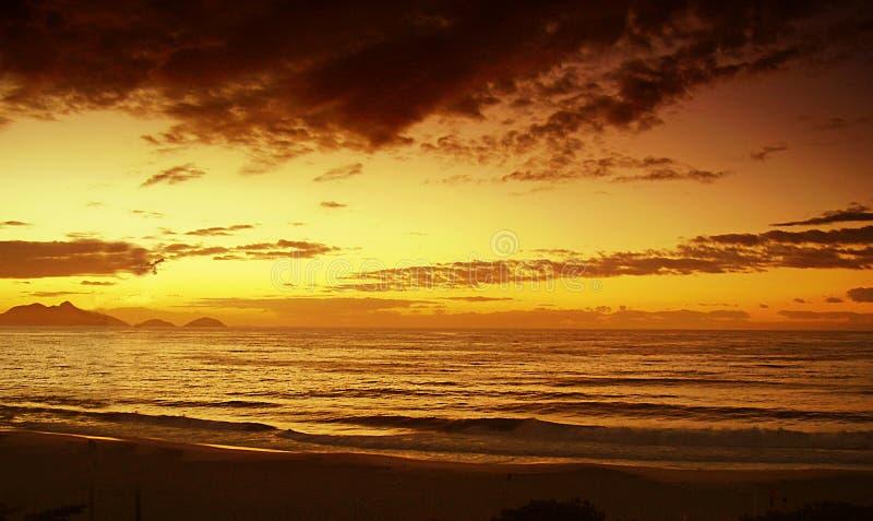 Sonnenaufgang an Copacabana-Strand, Rio de Janeiro Brasil lizenzfreies stockfoto