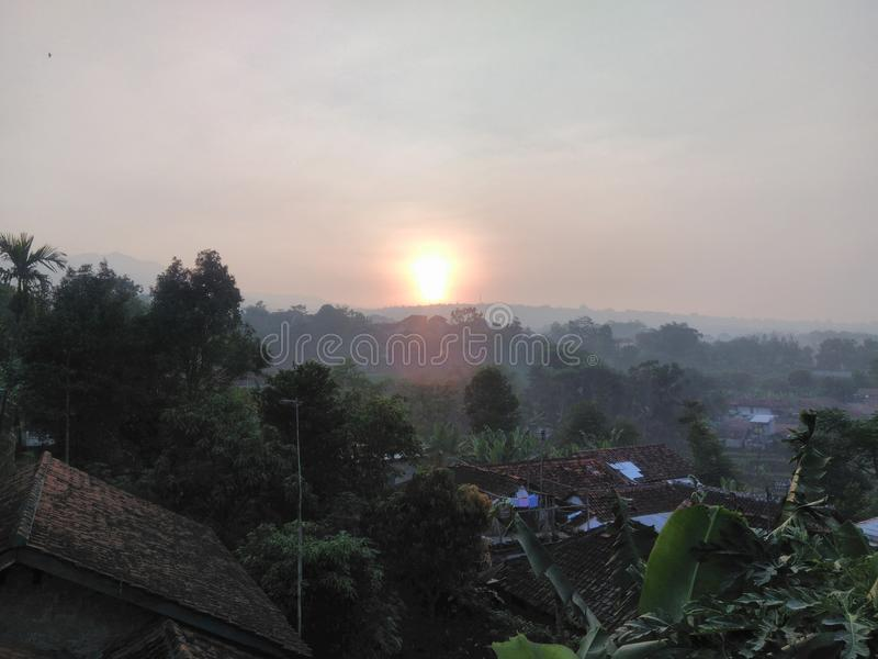 Sonnenaufgang, Dachspitzenmorgen stockfoto
