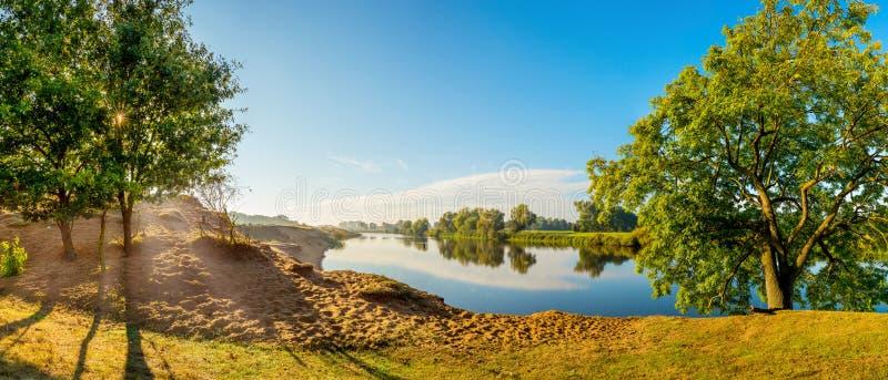 Sonnenaufgang in dem Fluss im Sommer lizenzfreie stockfotografie