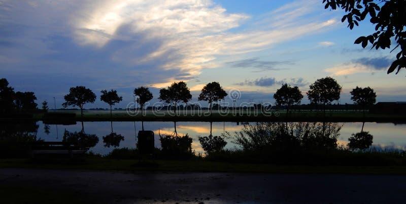 Sonnenaufgang in dem Zijl-Fluss in Leiden, die Niederlande lizenzfreie stockfotos